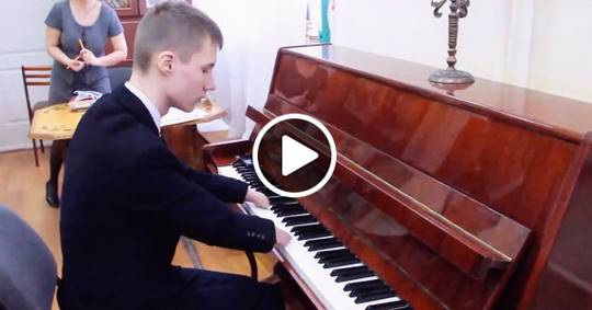 Парень, родившийся без кистей, восхитительно играет на фортепиано