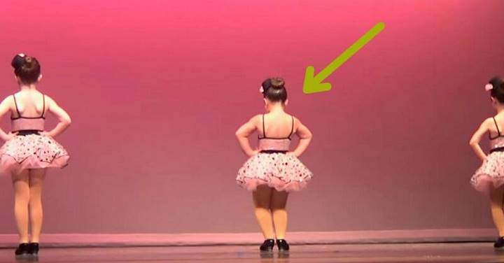На сцене 3 девочки. Вдруг та, что в середине поворачивается, и на 00:10 зал разрывается от смеха!!!