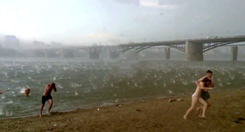 Минута и пляж превратился в ад. Только посмотрите, что обрушилось на отдыхающих!