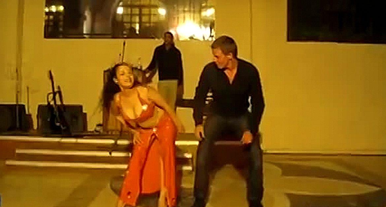 Этот русский турист утер нос восточной девушке по танцам! Это нужно видеть!