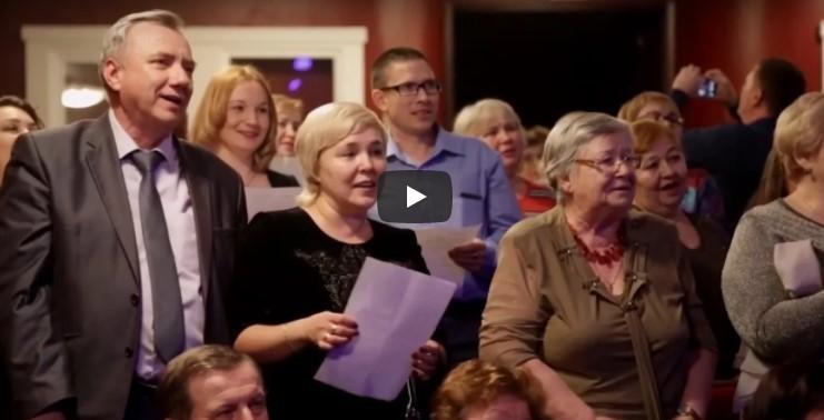 В России на концерте певец предложил залу спеть украинскую песню. Взгляните, что из этого вышло…