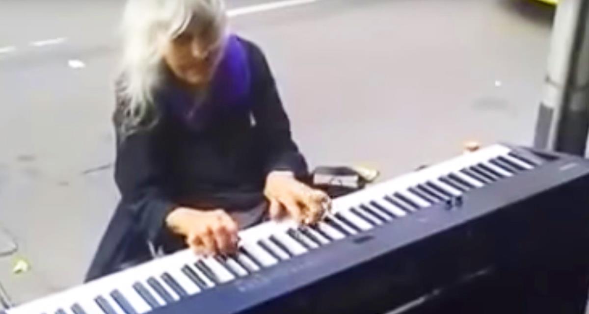 Когда эта бабушка села за пианино, все удивились. Но когда она начала играть, у всех отвисла челюсть!