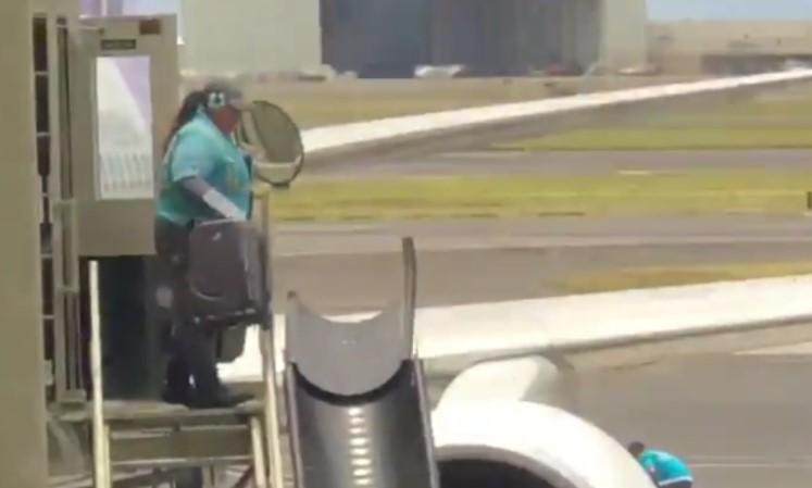Пассажир заснял на видео, как ужасно обращаются с багажом в американском аэропорту!