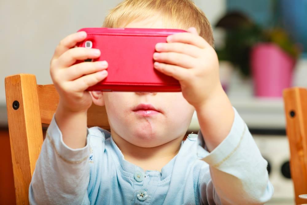 Как влияет монитор, экран смартфона и планшета на зрение детей? - сколько разрешать ребенку смотреть?!