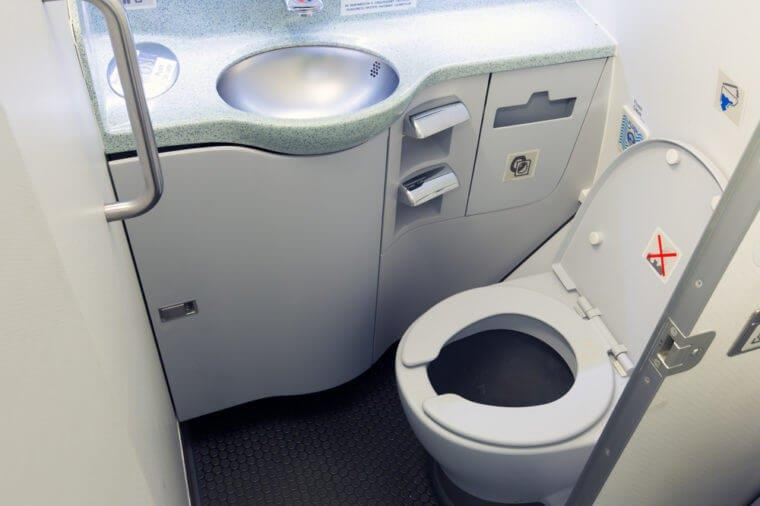 Почему перед полетом нельзя пользоваться туалетом в самолете!