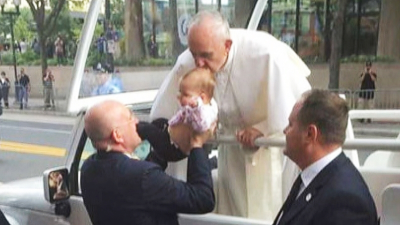 Папа Римский целует их ребёнка в макушку!