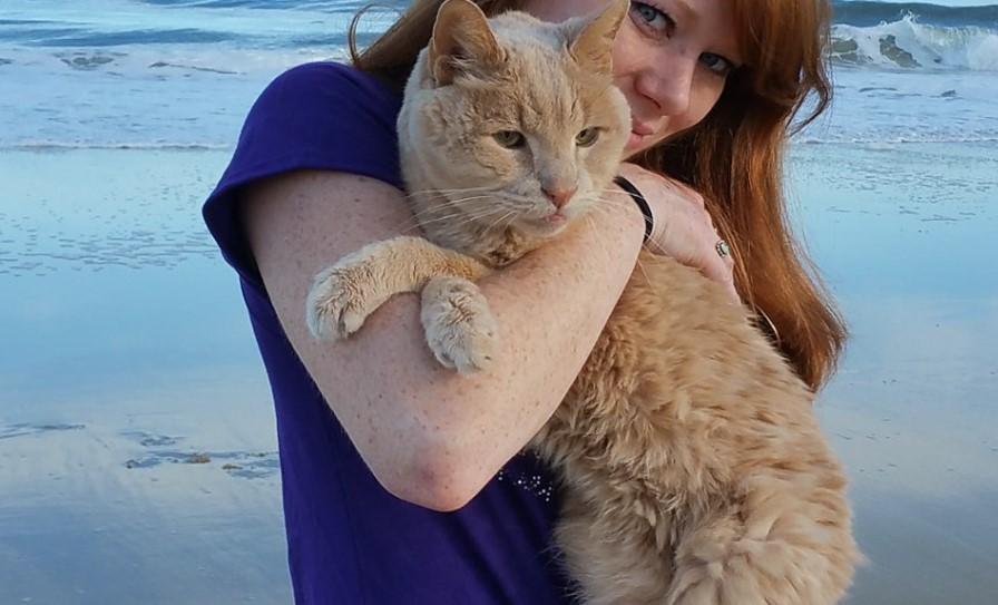 Женщина спасает 21-летнего кота, которого бросил хозяин, и превращает его оставшиеся дни в сказку!