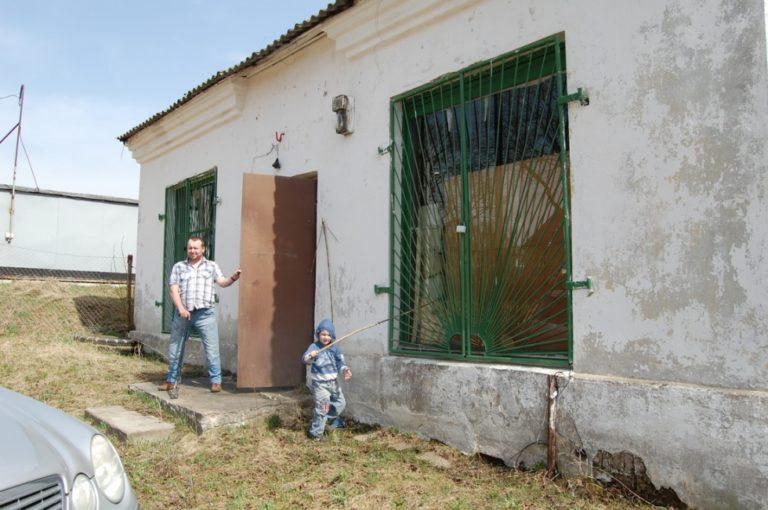 Как мужчина инвалид превратил заброшенное здание в уютный дом!