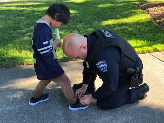 Полицейский купил бездомному мальчику обувь, увидев его босиком на улице!