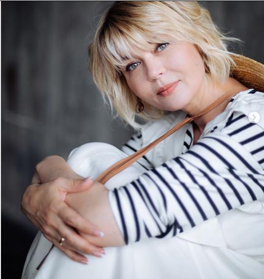 Между нами девочками: Юлия Меньшова, 49 лет, выглядит на 30 и скоро станет мамой!