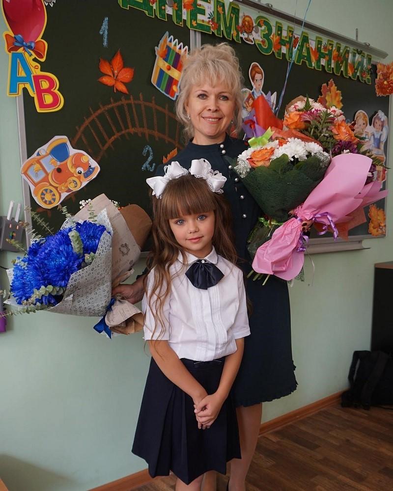 Маленькая красавица, которую признали самой красивой в мире, пошла в школу!