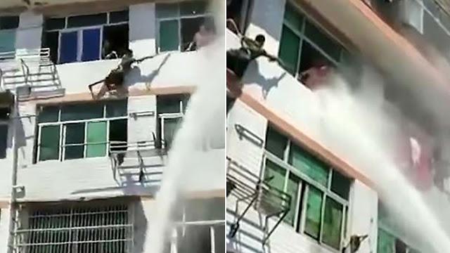 Женщина, которая решила покончить с собой, была спасена благодаря, пожарнику, который направил на нее поток воды!