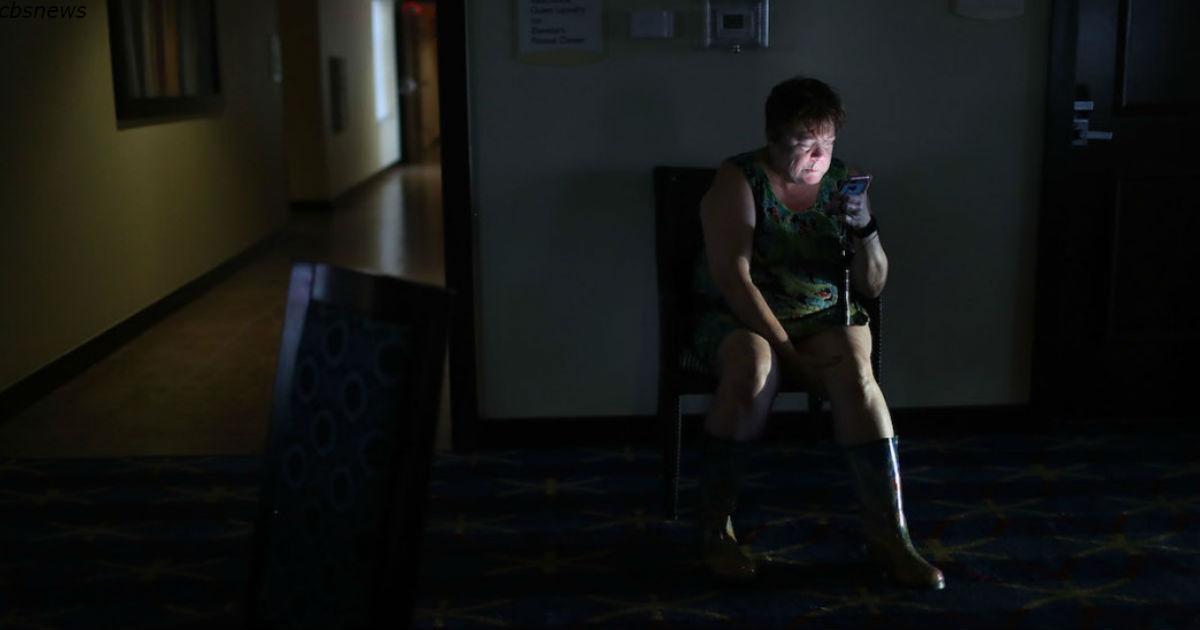 Свет от сотовых телефонов постепенно приводит к слепоте! Не смотрите хотя бы в темноте