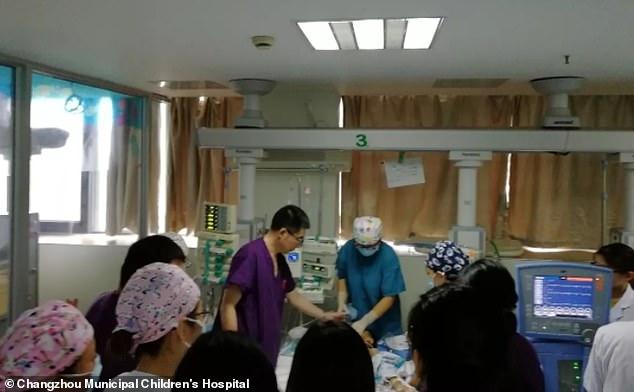 30 докторов в Китае 5 часов подряд делали ребенку массаж сердца - и спасли ему жизнь!