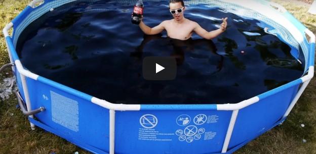 Парень начал купаться в бассейне, наполненном Кока-колой. Но через несколько секунд…