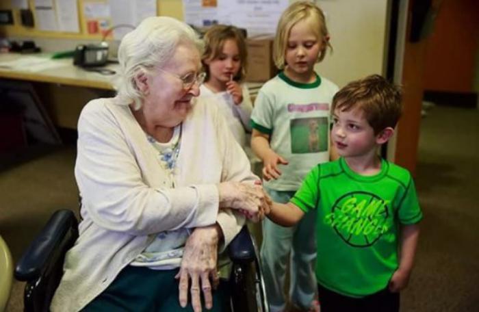 Канадцы объединили Дома престарелых и Детские приюты. Гениально!