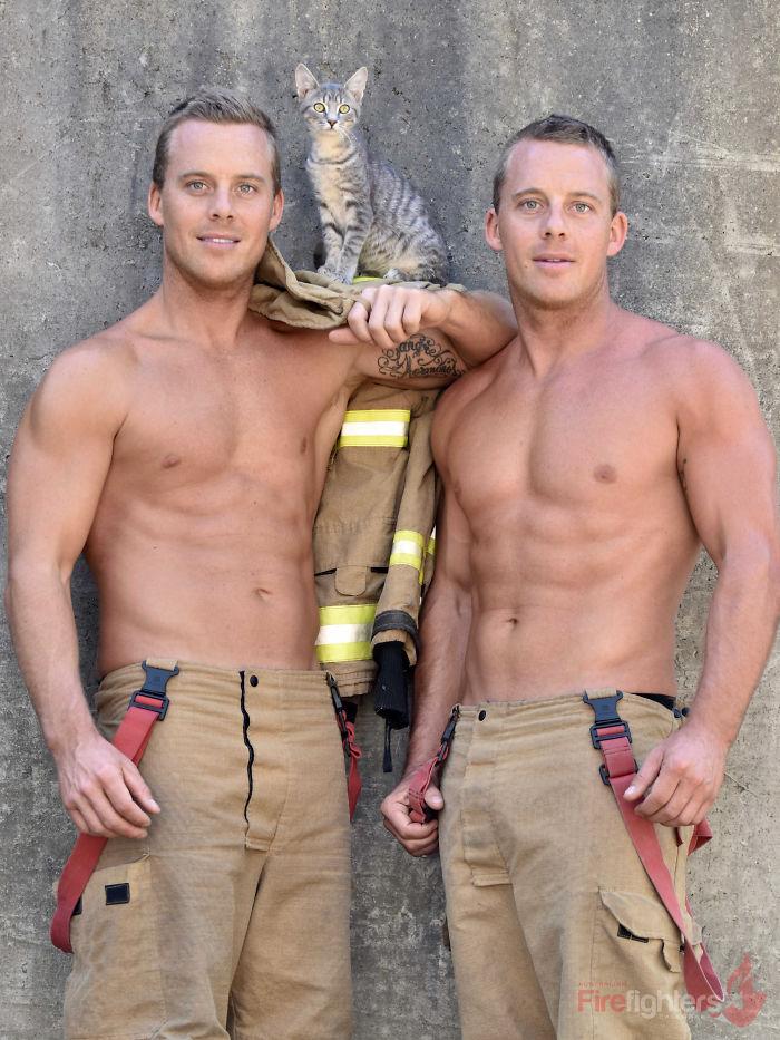Пожарные сделали календарь-2019 вместе с животными. Хватайтесь за огнетушитель!