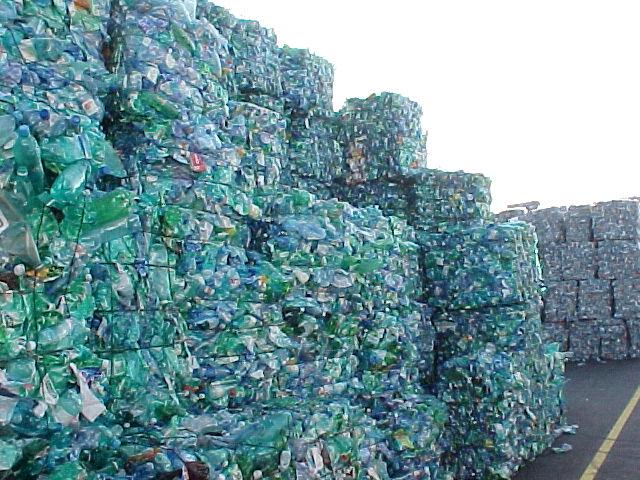 Пластиковые бутылки ПЭТ: свойства, особенности, применение, производство и переработка