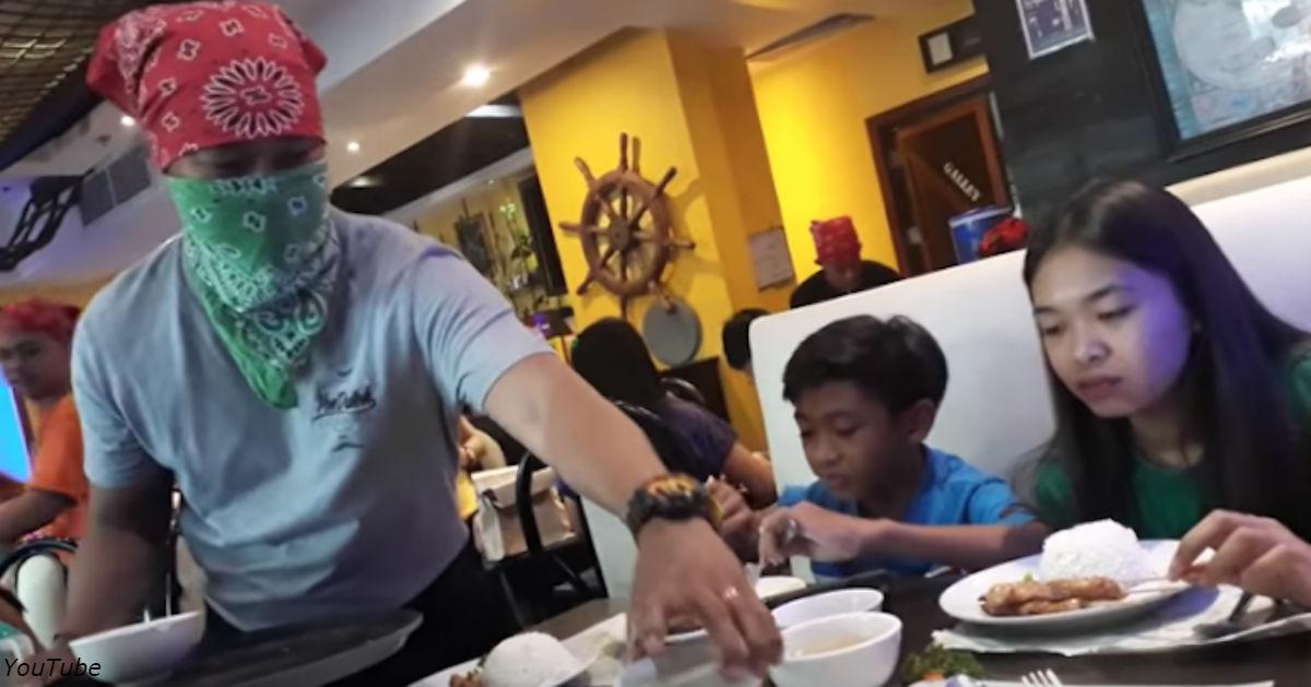 Отец переоделся в официанта, чтобы разыграть своих детей. Вот что получилось