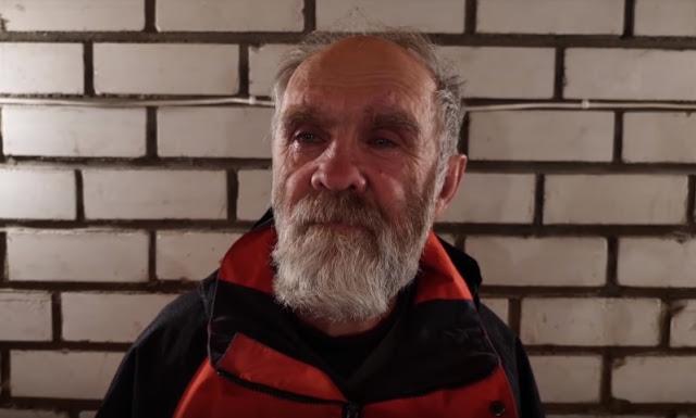 Парень щедро помогает старикам и бездомным и снимает это на видео. При этом он остается анонимным