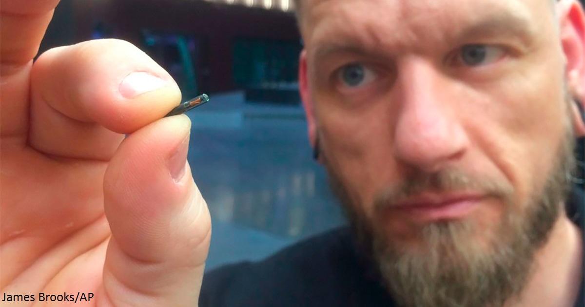 Тысячи шведов вживляют микрочипы под кожу -  чтобы не носить с собой  паспорт