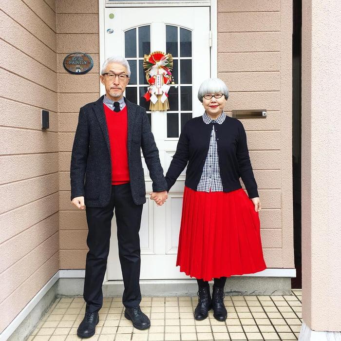 Двое японцев живут вместе уже 38 лет. И каждый день выходят из дому в «одинаковой» одежде