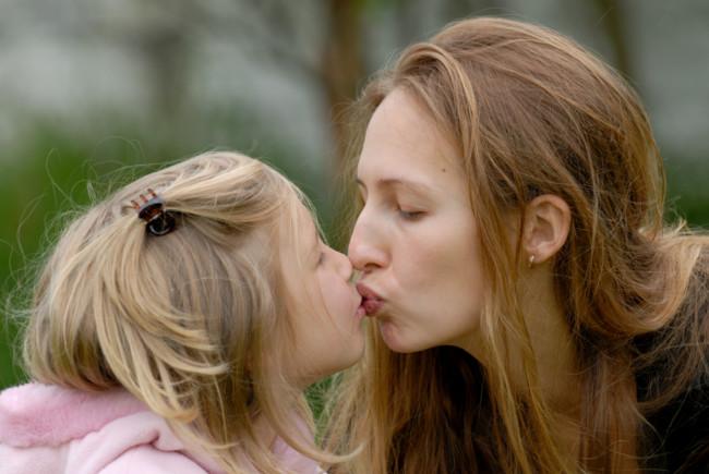 Почему нельзя целовать в губы детей. Даже своих! Предупреждение от психолога