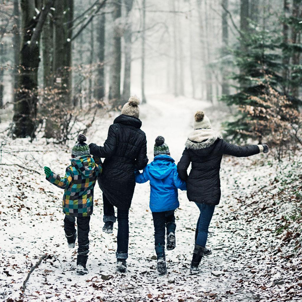 Дети должны гулять на улице больше. Даже в дождь и мороз!