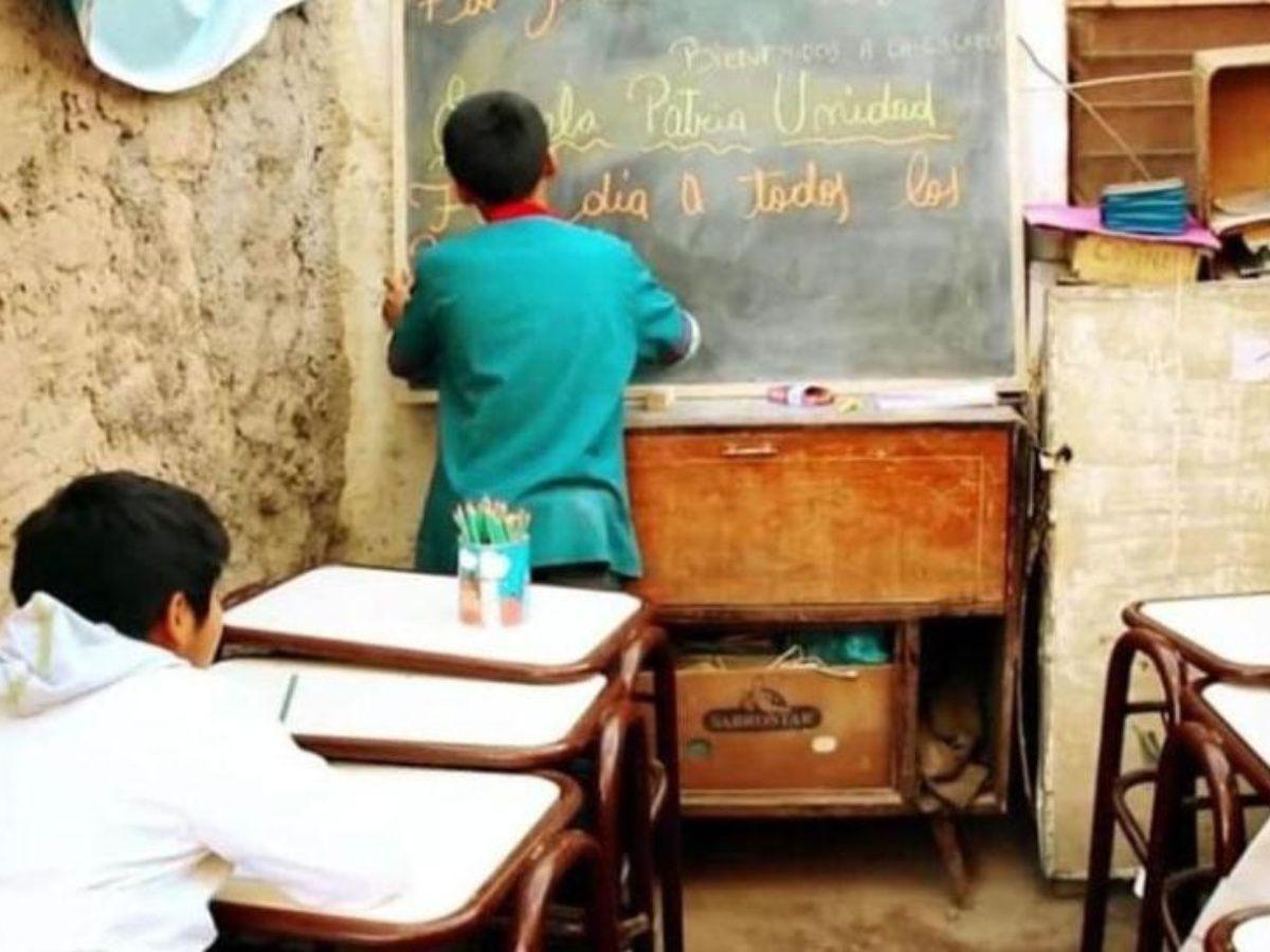 Ему всего 12, но он уже учитель в местной школе