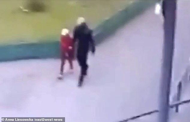 Смотрите, как легко 8-летняя девочка пошла с педофилом-убийцей, который только что вышел