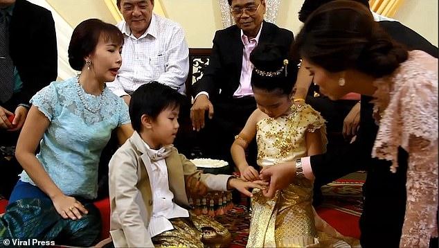 6-летних двойняшек поженили родители: они якобы ″были вместе в прошлой жизни″