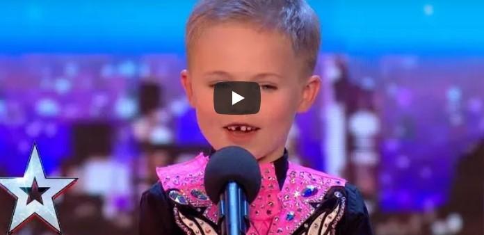 6-летний малыш выходит на сцену и становится на носочки. Минуту спустя зал аплодирует ему стоя!