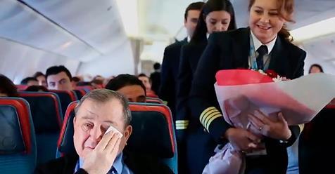 Пилот трогательно поздравил своего наставника на борту самолета