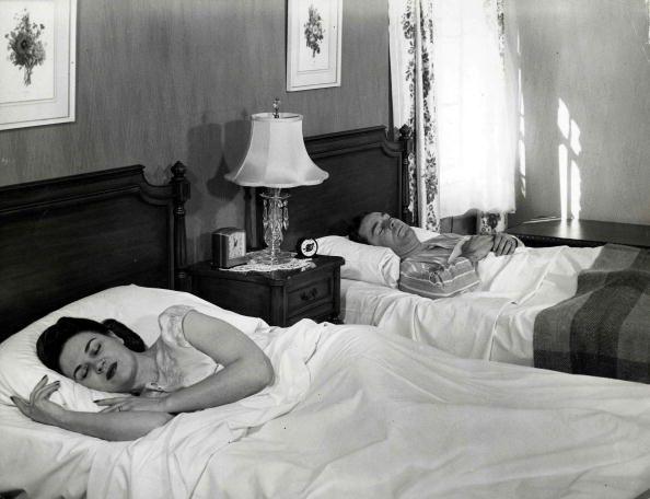 6 причин, почему сон в разных кроватях - это на самом деле хорошая идея