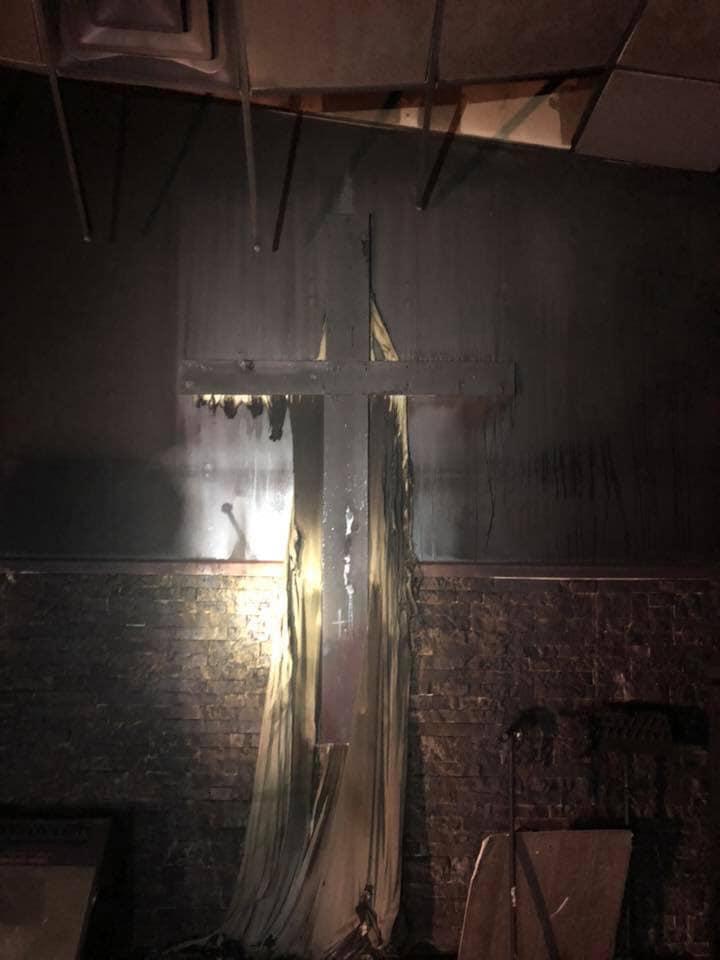 В США сгорела церковь, целиком. Но Библии, кресты и иконы огонь не тронул!