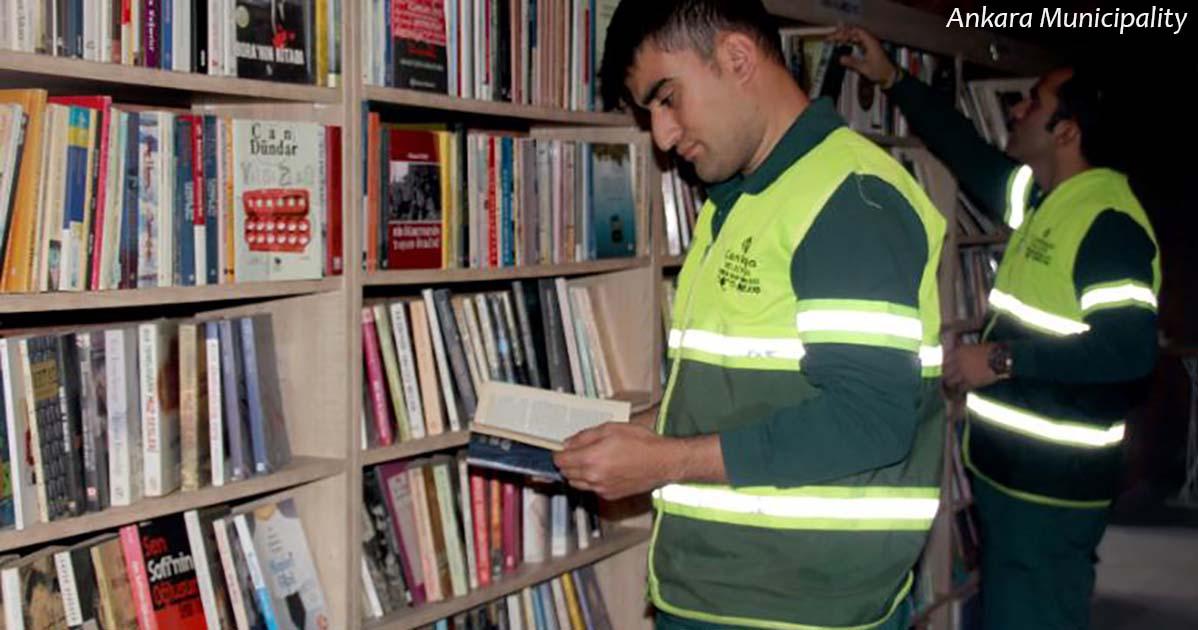 Они сделали библиотеку из книг, выброшенных на мусорку. Вот что получилось