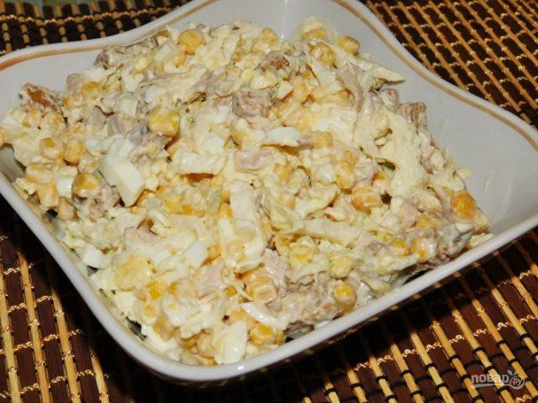 Салат с копченой курицей и кириешками