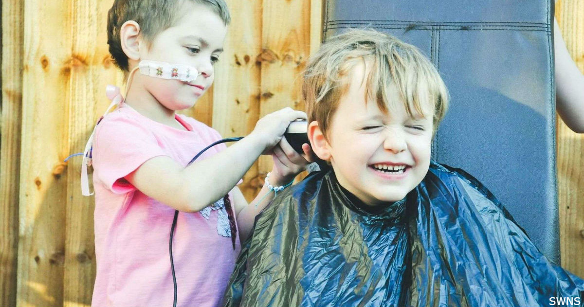 6 летняя малышка борется с раком. Её друг побрил голову в знак поддержки