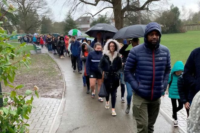4800 человек выстроились в очередь под дождем, чтобы спасти 1 мальчика