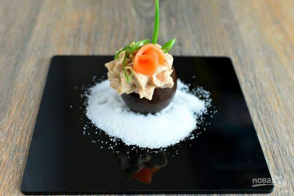 Черные яйца, фаршированные тунцом и икрой трески