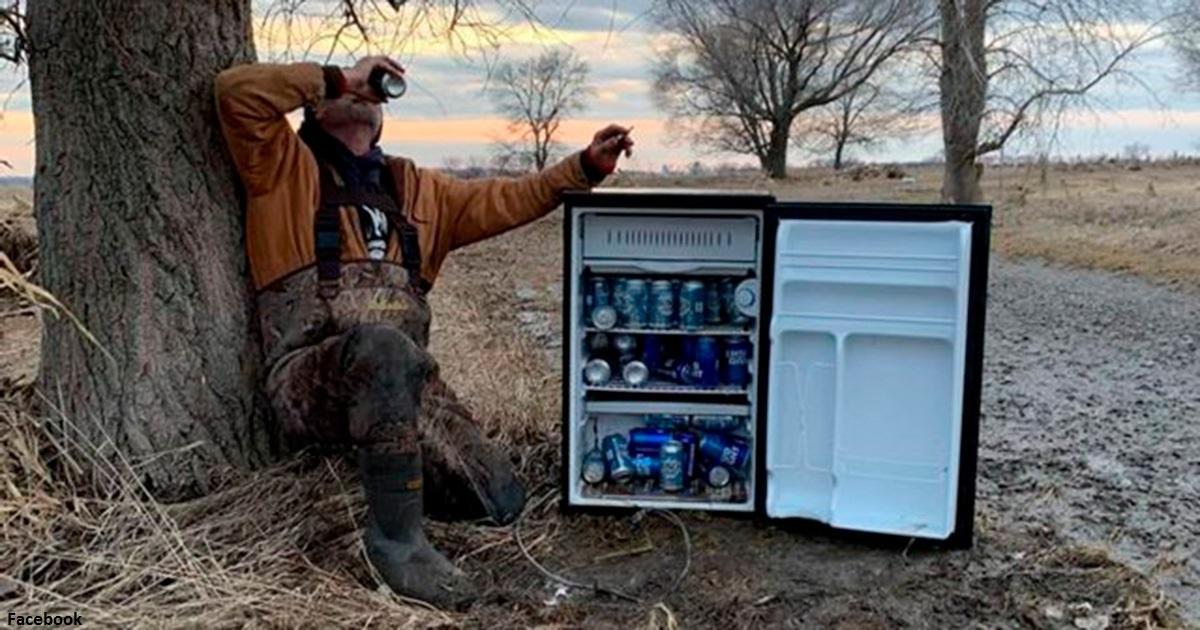 Двое мужчин нашли посреди пустыни таинственный холодильник с пивом