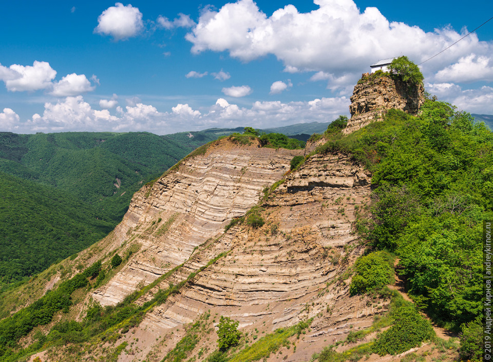 Неизвестная Грузия: крохотная часовня на скале в Цвери