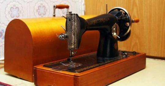 Если у вас осталась советская швейная машинка — не спешите выбрасывать. Их скупают антиквары!