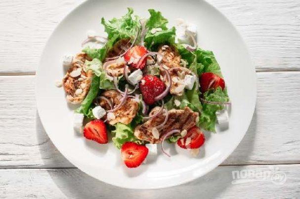 Салат весенний с перечным грильяжем