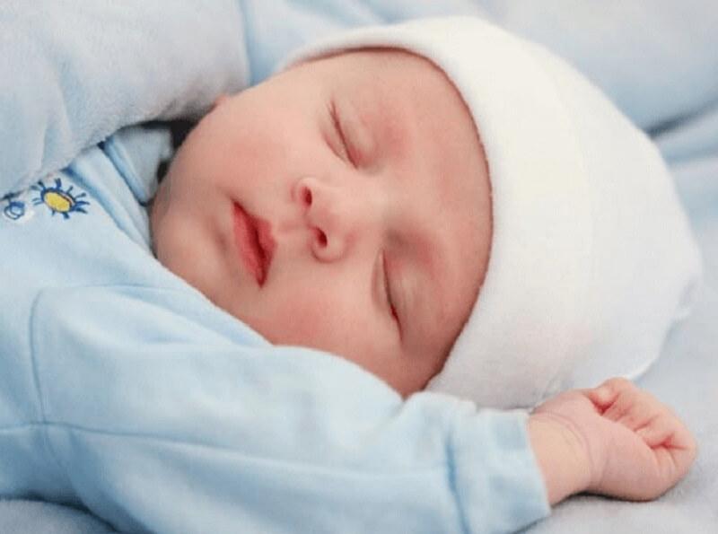 Младенец лежал на лавочке, завернутый в тряпье. Он плакал навзрыд и тут услышал возле себя шаги..