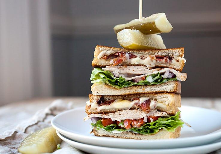 Энтони Бурден рассказал, какие 10 блюд вообще никогда нельзя заказывать в ресторанах
