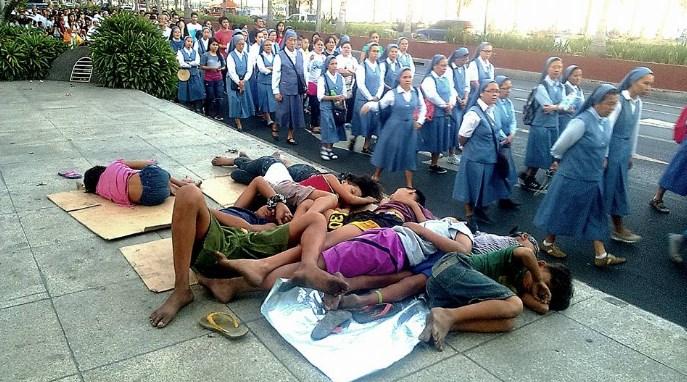 Фото монахинь, идущих мимо беспризорных детей, вызвало ажиотаж и дебаты