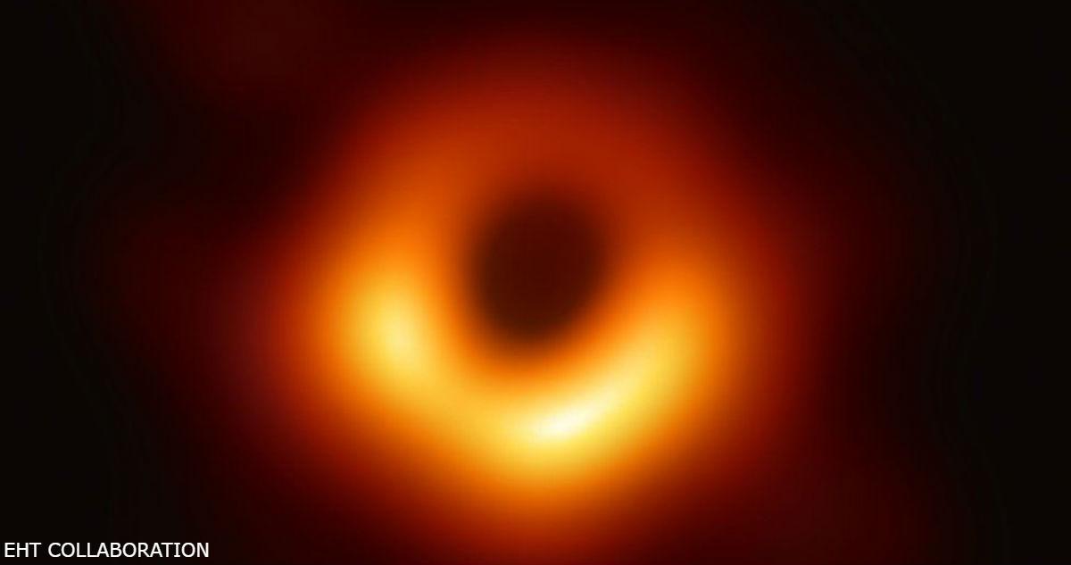 Астрономы сделали первый снимок черной дыры, которая находится в далекой галактике
