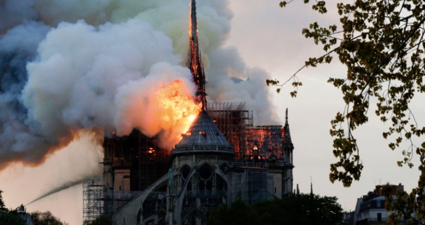 Чудо: Алтарь и крест Нотр-Дама остались нетронутыми после пожара