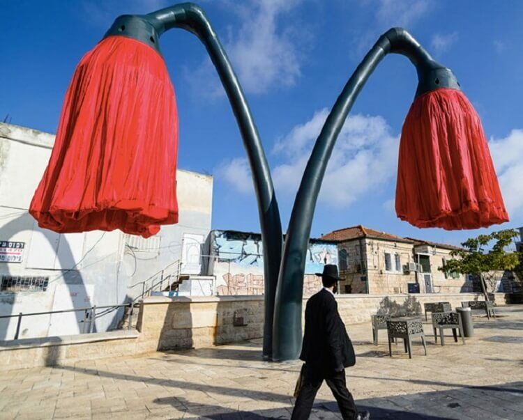 Фонари в Иерусалиме расцветают, когда под ними проходят люди